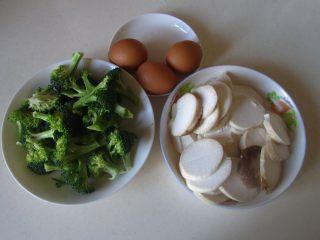 杏鲍菇西兰花炒鸡蛋,准备好原材料;