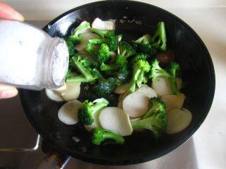 杏鲍菇西兰花炒鸡蛋, 加入适量的盐调味;