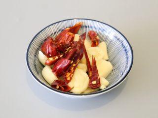 干煸豆角,辣椒干切片。