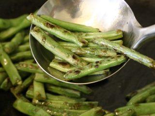 干煸豆角,直至四季豆表面起泡、起皱。