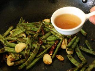 干煸豆角,翻炒后,放入2瓷勺的生抽,翻炒后即可起锅。