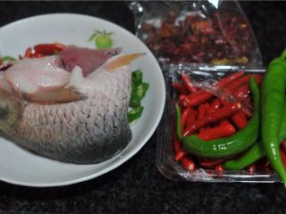 香辣鱼片,所有的食材准备好,鱼请卖主片成的鱼片