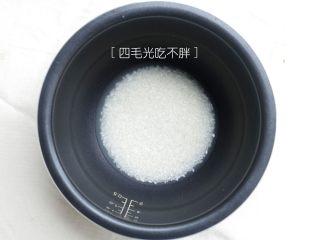 海鲜鲍鱼粥,米洗净倒入电饭煲里备用;