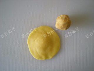 果汁冰皮月饼,面皮25克,豆沙25克。豆沙是事先自己做好的,馅料不可以太干和太软了,要掌握好用手捏成团不松撒。我用擀面棍压的面皮,四周比较薄。也可以用手按