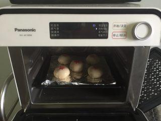小龙虾月饼,放入烤箱180度烤20分钟左右即可