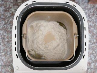 迷迭香佛卡夏,将面团中的所有食材按照先液体后固体的顺序放进面包机桶内,酵母放面粉中间,盐、糖对角放,选择和面功能;
