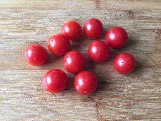 迷迭香佛卡夏,小番茄清洗干净;