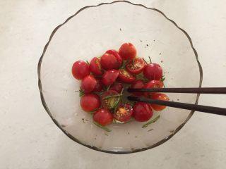 迷迭香佛卡夏,用筷子搅拌均匀;
