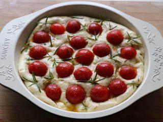迷迭香佛卡夏,小番茄和迷迭香按压在面团上,撒上适量盐和黑胡椒粉;
