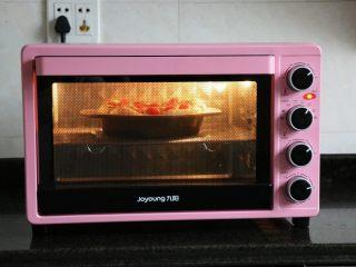 迷迭香佛卡夏,放进预热好的烤箱内,中层,上下火,200度,烤20分钟;