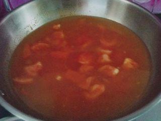 #百搭西红柿#西红柿鱼片汤,加入适量清水加盖大火