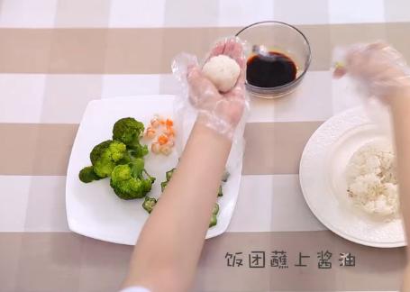 快手午餐便当,十分钟搞定挑食宝宝,3、饭团蘸上酱油,捏两小饭团,一个大饭团,摆成小熊形状。
