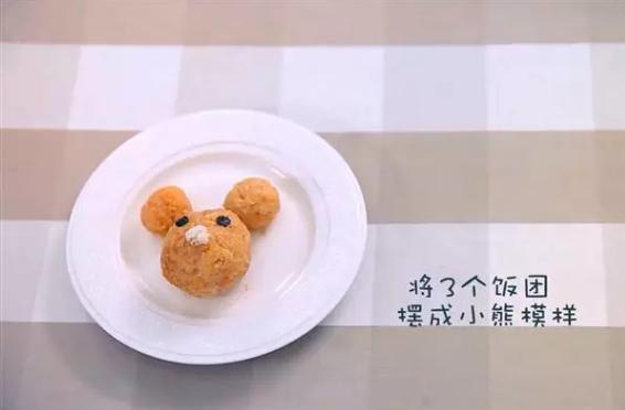 快手午餐便当,十分钟搞定挑食宝宝,4、用海苔片制作熊的眼睛鼻子。