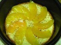黄桃冻芝士,将海绵蛋糕铺在6寸活底圆模底部,摆放上黄桃片