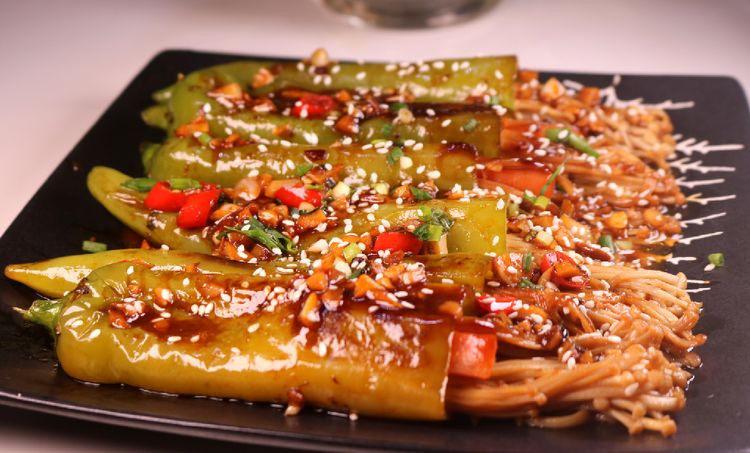 往青椒里塞入半斤金针菇,这味道绝了!