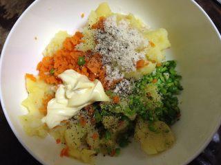 土豆沙拉卷,所有食材入碗加入鸡粉、黑胡椒碎、沙拉酱拌匀