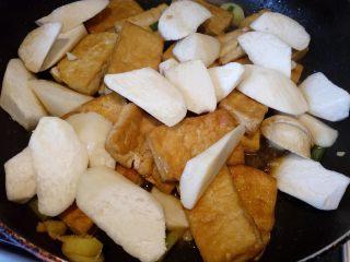 菌茹烩豆腐,放入切好的杏鲍菇。
