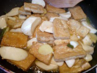 菌茹烩豆腐,翻拌约均匀,焖煮3分钟,可以加入其它喜欢的调料,喜欢鲜的加一点鸡精。