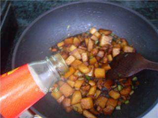 五花肉虾米萝卜焖饭,倒入蚝油、翻炒均匀