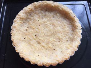 三文鱼牛油果土豆丝披萨,放入预热好的烤箱,160度烤15分钟