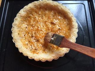 三文鱼牛油果土豆丝披萨,在烤过的土豆丝饼胚里刷上一层批萨酱