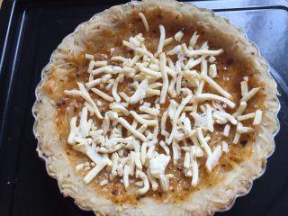三文鱼牛油果土豆丝披萨,撒上适量的马苏里拉芝士