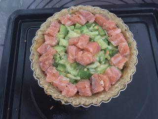 三文鱼牛油果土豆丝披萨,放入牛油果小丁、三文鱼小丁