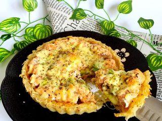 三文鱼牛油果土豆丝披萨,脱模