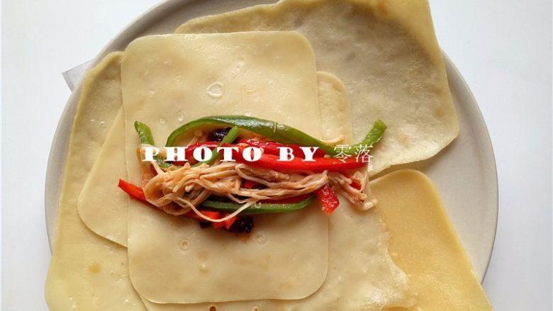 三丝卷饼,放入炒好的蔬菜丝;