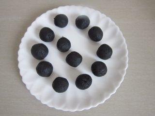 黑芝麻酥饼,趁面团静置的时间,来把黑芝麻分成12等份。