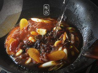 自制卤水猪蹄,把刚才捞出的葱姜蒜倒进去;