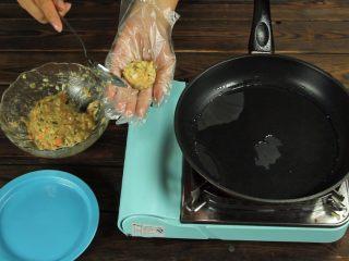 减脂增肌餐:杂蔬鸡胸肉饼,用勺子在手心团好形状后放置锅中煎制