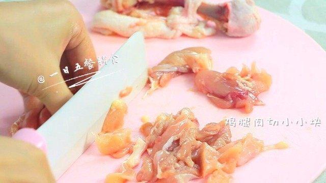 鸡肉蔬菜粥,期间将鸡腿去骨去皮,鸡腿肉切小小块。