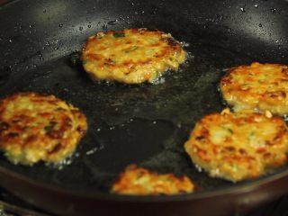 减脂增肌餐:杂蔬鸡胸肉饼,翻面后再小火煎制3分钟直至金黄煎熟即可