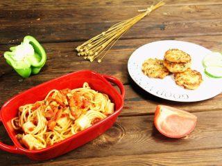 减脂增肌餐:杂蔬鸡胸肉饼,搭配上穿肠意面,就是非常丰富的一餐哦!