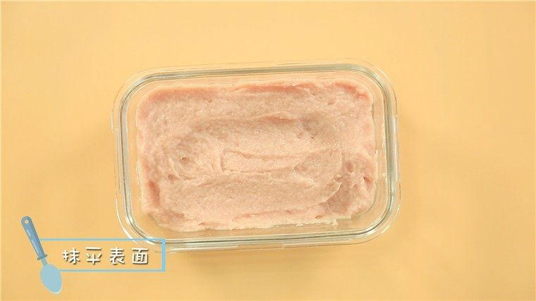 宝宝午餐肉,补铁又补锌!,放入肉泥,用勺子抹平表面。