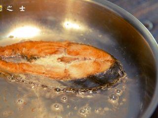 没有椰子的椰香马鲛鱼,煎至两面金黄即可,翻动的时候要小心鱼肉破碎