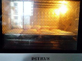 蛋糕甜甜圈,放入预热好的烤箱中层上火160度下火150度,烘烤20分钟