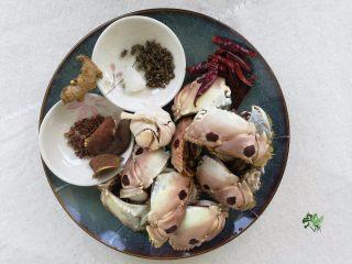 吮指香辣螃蟹,蟹腿滤水备用,准备其他需要的配料。