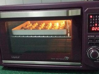 #曲奇菜谱秀# 奶香曲奇(淡奶油版),送入预热好的烤箱中层:上火180、下火160、烤20分钟