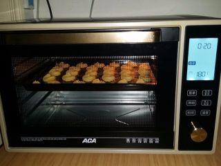 #曲奇菜谱秀# 奶香曲奇(淡奶油版),送入另一台预热好的烤箱:选择曲奇一键操作