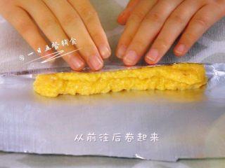 鸡肉玉米芝士肠 宝宝营养辅食,芝士+蛋清,从前往后卷起来。