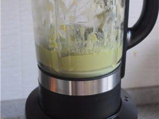 红薯叶绿豆糕,将放凉后的南瓜叶汁和绿豆一起放入破壁机打成糊