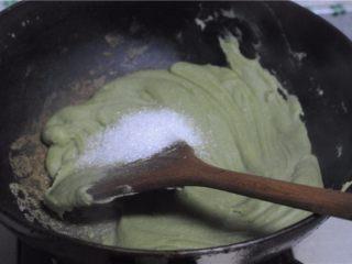 红薯叶绿豆糕,分两次加入油,炒制面糊变得浓稠后加入糖,继续翻炒