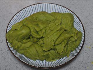 红薯叶绿豆糕,炒至水份蒸发,豆沙泥变得顺滑浓稠即可出锅