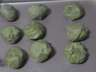 红薯叶绿豆糕,稍微放凉后,将豆沙分成50克一份,搓圆