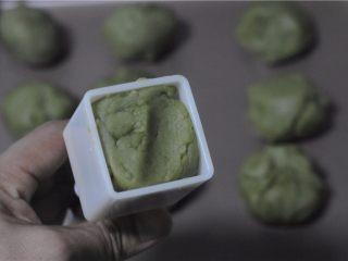 红薯叶绿豆糕,将剂子放入模具