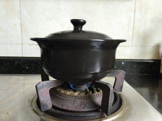 肉末茄子煲,盖上锅盖,大火煮开后小火慢炖至汤汁快收干,大约15分钟左右,出锅前根据自己的口味加入适量盐、生抽调味调色,然后撒一些葱花、小米椒装饰一下即可