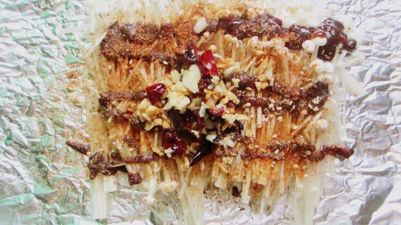 盐焗锡纸金针菇,把烧热的香料和热油一同倒在金针菇上