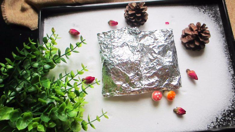 盐焗锡纸金针菇,.刚做好的锡纸金针菇,汁水丰富,拿出来的时候一定要小心一点